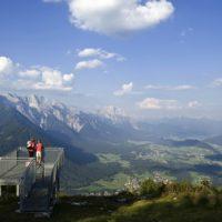 Auch mit Kindern erreicht Ihr ohne große Anstrengungn die Aussichtsplattform Simmering-Horn. Jetzt müssten einem nur noch Flügerl wachsen und schon könntet Ihr über Tirol fliegen.(c) Innsbruck Tourismus Moser