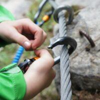 Sicherheit am Klettersteig mit den Kindern geht vor. Am besten ist, Ihr belegt einen Kurs beim Alpenverein oder einer Bergschule.  foto (c) kinderoutdoor.de