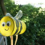 Insektenhotel mit Kindern basteln: Eine tolle Biene für den Garten
