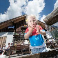 Auf der Alm da schmeckt es den Kindern besonders gut, Auch das Quellwasser. Hochkönig Tourismus GmbH