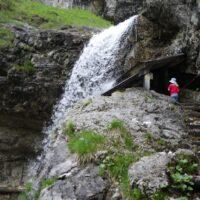 Wandern mit Kindern zu Wasserfällen wandern. Zum Staubfall kommt Ihr aus dem bayerischen Ruhpolding oder aus dem österreichischen Heutal.   foto (c) kinderoutdoor.de