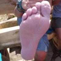 Fußpflege beim Wandern mit Kindern, wir haben Tipps um Wasserblasen zu verhindern.  foto (c) kinderoutdoor.de