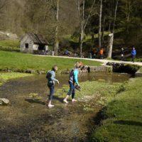 Spielen am Wasser gehört zu einer Wanderung am Fluß dazu.  foto (c) kinderoutdoor.de