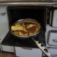 Nehmt den Kaiserschmarrn kurz aus dem Ofen um ihn zu wenden und zu zuckern.  foto (c) Kinderoutdoor.de