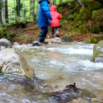 Schnitzeljagd mit Kindern am Wasser
