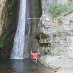 Wandern mit Kindern am Gardasee: Vor dem Wasserfall schaukeln