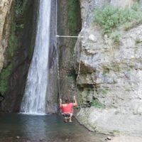 Swing with me Baby. Am Wasserfall schaukeln, wo gibt es denn sowas? Kinder und Erwachsene dürfen der Kaskade ganz nahe kommen.   foto (c) kinderoutdoor.de