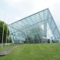 Das Prunktor vom Limes bei Rainau ist gut geschützt unter einem Kubus aus Glas.  foto (c) kinderoutdoor.de