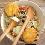 Outdoor Rezepte für Kinder: Leckerer Salat und gegrillter Schafskäse