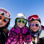 Kinder erleben den Winter in der Steiermark: Eselwanderung, Skifahren und der größte Schneemann