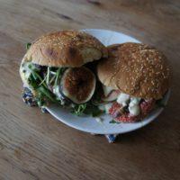 Kinder kochen Hamburger mit Feigen und Blauschimmelkäse. Der ist jedoch meistens was für die Erwachsenen.  foto (c) kinderoutdoor.de