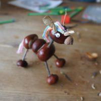 Fertig ist das Einhorn aus Kastanien.   foto (c) kinderoutdoor.de
