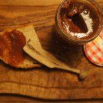 Kinder schnitzen ein praktisches Marmeladenmesser