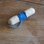 Kinder schnitzen eine Garnrolle  carved wooden spools