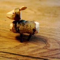 Fertig ist das von den Kindern geschnitzte Schaf. Was wollt Ihr mähr?!  foto (c) kinderoutdoor.de