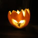 Kinder basteln ein Orangen Windlicht: Leuchtet und duftet