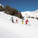 Warth-Schröcken: Beim Winterurlaub mit der Familie sammeln kleine Pistenfüchse Schneeflocken ein