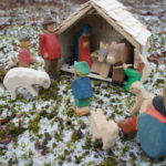 Kinder basteln eine Weihnachtskrippe: Den Stall zu Bethlehem aus einer Obstkiste bauen