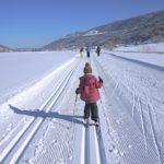 Kinder beim Skilanglauf: Familienspaß in der Loipe