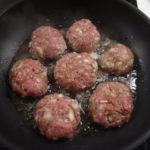 Hüttenrezepte mit Kindern kochen: Frikadellen mit Ofengemüse