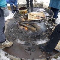 Lagerfeuer mit Kindern: Da gehört Essen und Trinken vom offenen Feuer auch dazu.  foto (c) kinderoutdoor.de