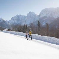 Winterwandern mit Kindern in Tirol: Zu den Sonnenseiten der kalten Jahreszeit gehört das Kaisertal mit Blick auf den Wilden Kaiser.   foto (c) Tirolwerbung