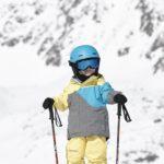 Kinder fahren sicher Ski, wenn das Material optimal ist