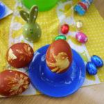 Kinder färben Ostereier natürlich