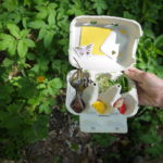 Spiele im Wald für Kinder: Suchkasten, Schnitzeljagd und Tipibau