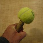 Kinder basteln Rasseln aus alten Tennisbällen: Hier schepperts am Centre Court