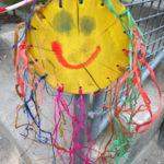 Kinder basteln mit Naturmaterialien eine Sonne