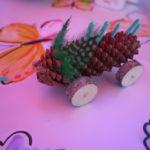 Outdoor Kinder basteln mit Naturmaterialien einen flotten Vogel