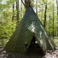 Kinder und Eltern bauen ein Zelt im Wald (c) kinderoutdoor.de