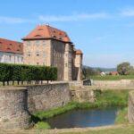 Außergewöhnliche Jugendherbergen: Burg, Wasserschloss und Baumhaus