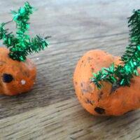 Kinder basteln aus Kastanien lustige Kürbisköpfe (c) foto Kinderoutdoor.de