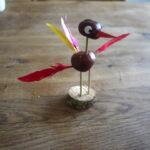 Kinder basteln mit Kastanien einen Vogel