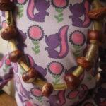 Kinder Outdoor basteln: Eine Kette aus Kastanien