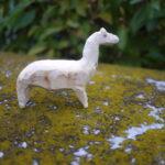 Kinder schnitzen ein Lama und andere Tiere