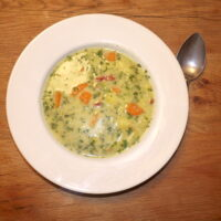 Outdoor kochen mit Kindern: Eine leckere Kartoffel-Spinat-Suppe. foto (c) kinderoutdoor.de