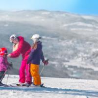 Kinder Outdoor Winter Abenteuer in Schweden. foto (c) Bränsagroup