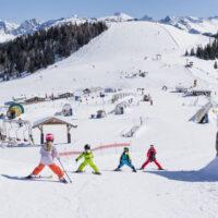 Kinder lernen Skifahren. In Tirol wissen Eltern ihre Kinder beim Skiurlaub gut aufgehoben. ©Tirol Werbung / Herbig Hans