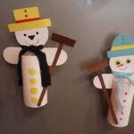 Kinder basteln einen Schneemann aus einer Klopapierrolle