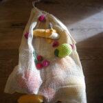 Kinder basteln ein Netz für Obst und Gemüse