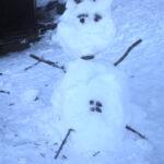 Kinder Land Art im Winter: Die Schneekuh