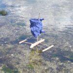 Kinder schnitzen ein Segelboot: Der Trimaran überholt alle!