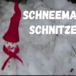 Kinder schnitzen kreativ einen Schneemann und nähen ihm eine Mütze