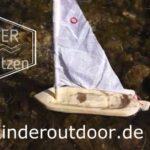 Kinder schnitzen ein Segelboot