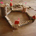 Kinder schnitzen eine Burg