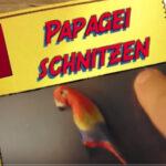 Kinder schnitzen einen Papagei